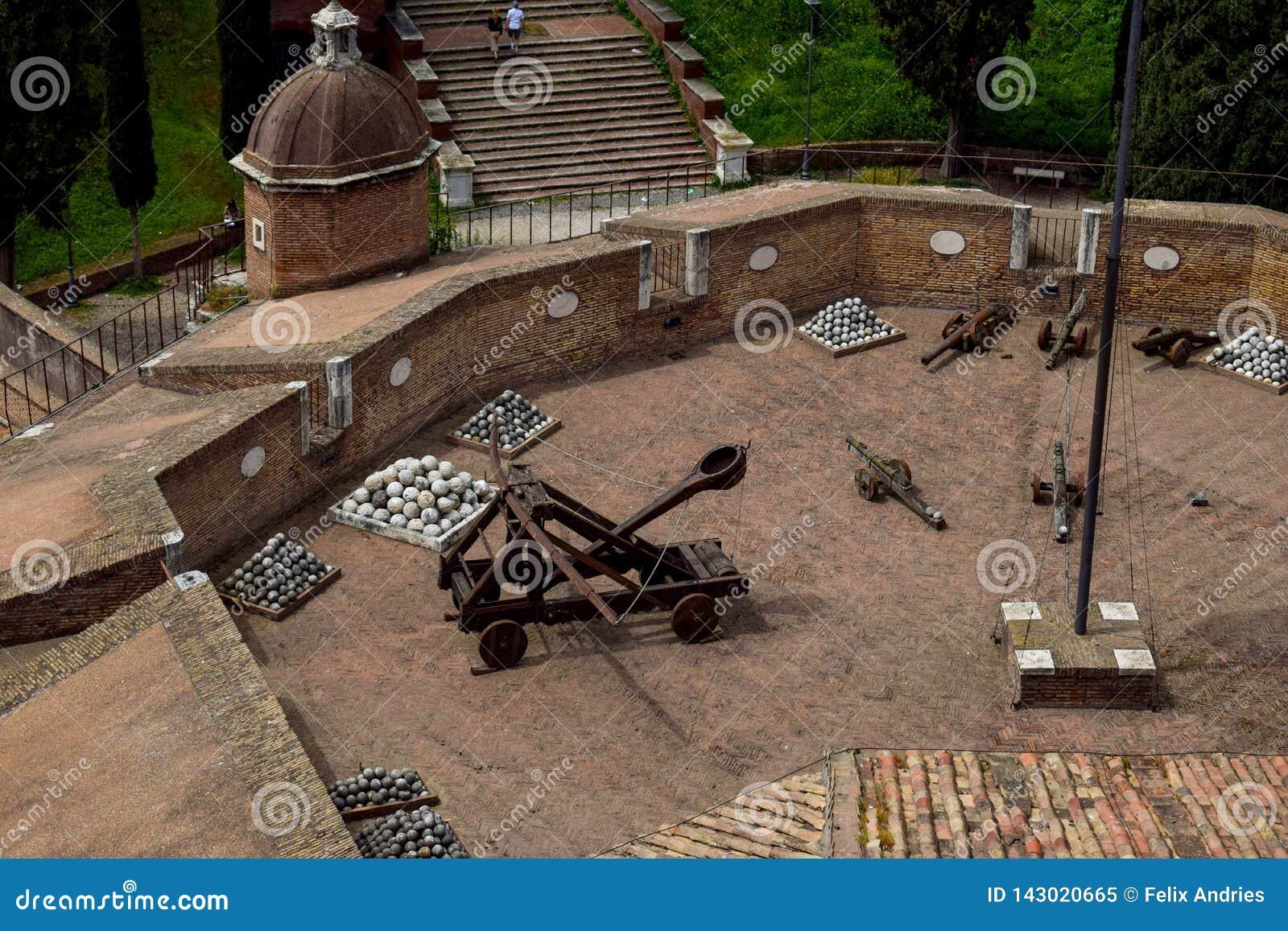 """Catapulte romaine - vue d en haut chez Sant """"Angelo Castle Italy"""