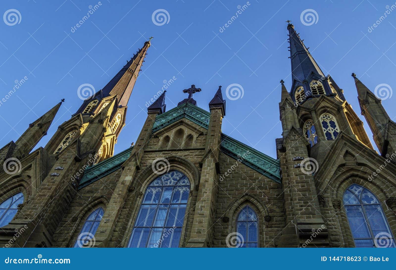 Catedral da basílica do St Dunstan no dia ensolarado em Charlottetown
