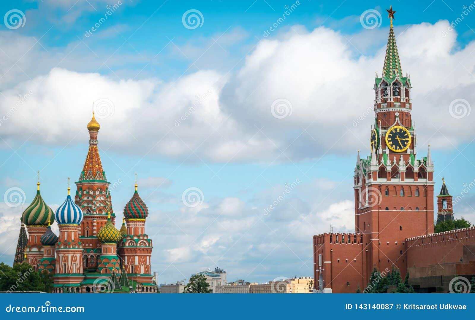 A catedral da manjeric?o do St e o Spasskaya Bashnya no quadrado vermelho em Moscou, R?ssia