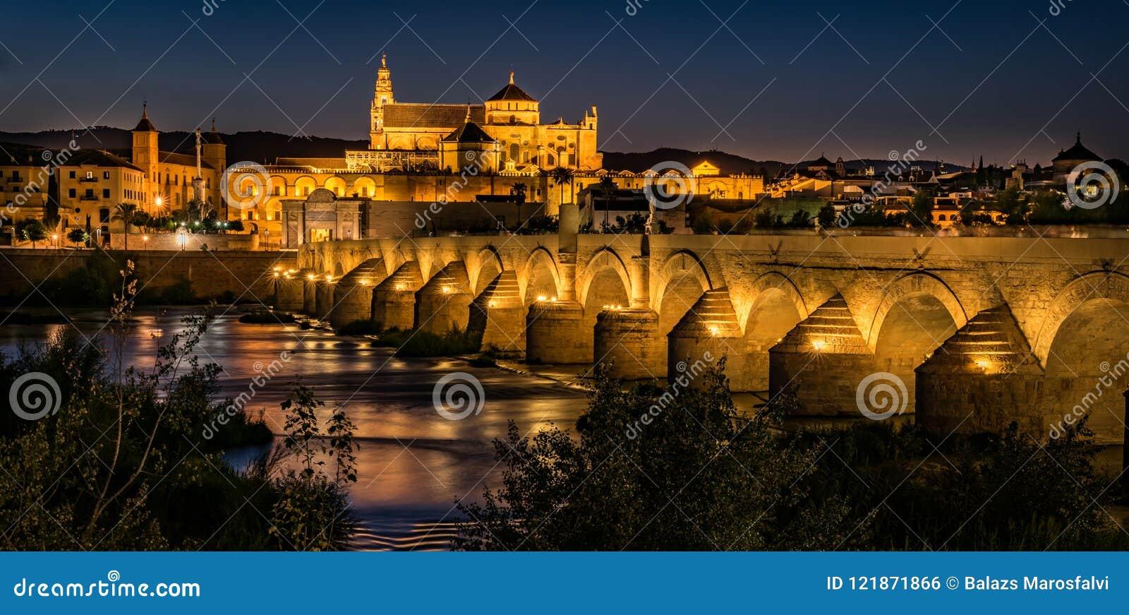 A catedral da mesquita em Córdova na noite
