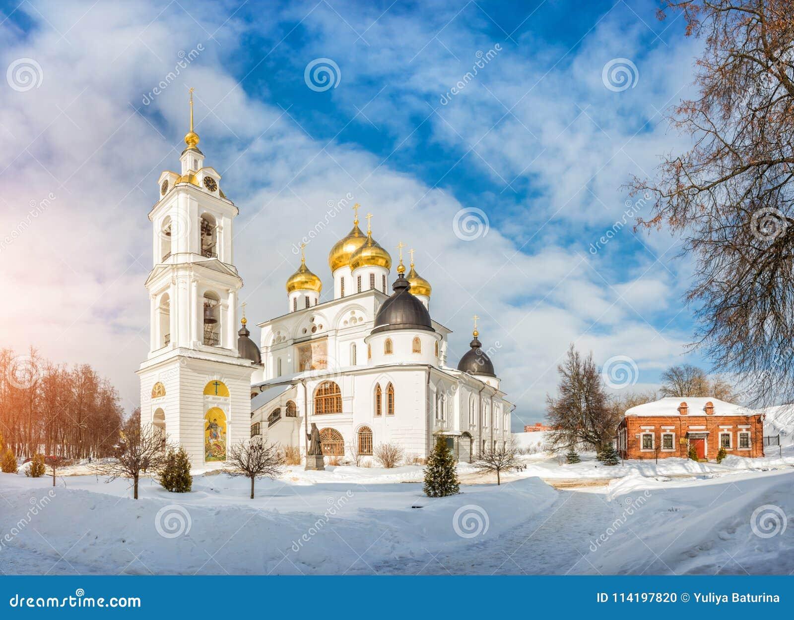 Catedral da suposição com uma torre de sino