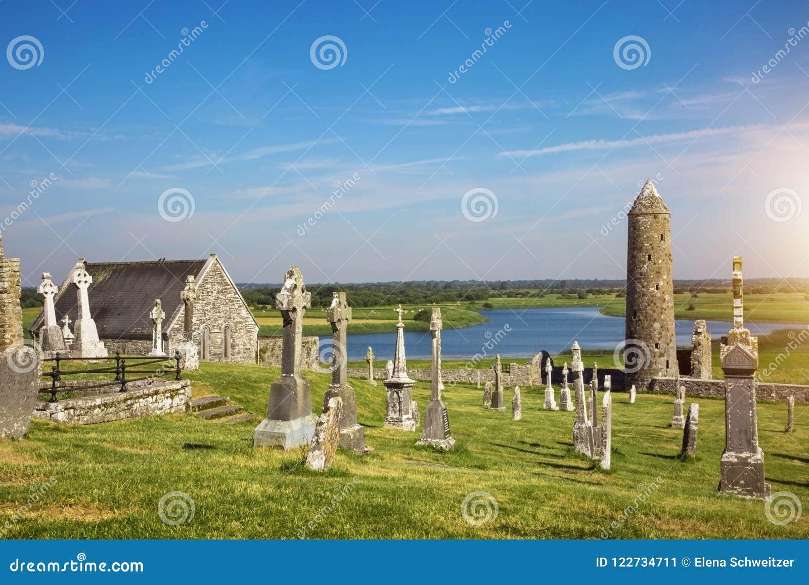 Catedral de Clonmacnoise con las cruces y los sepulcros típicos