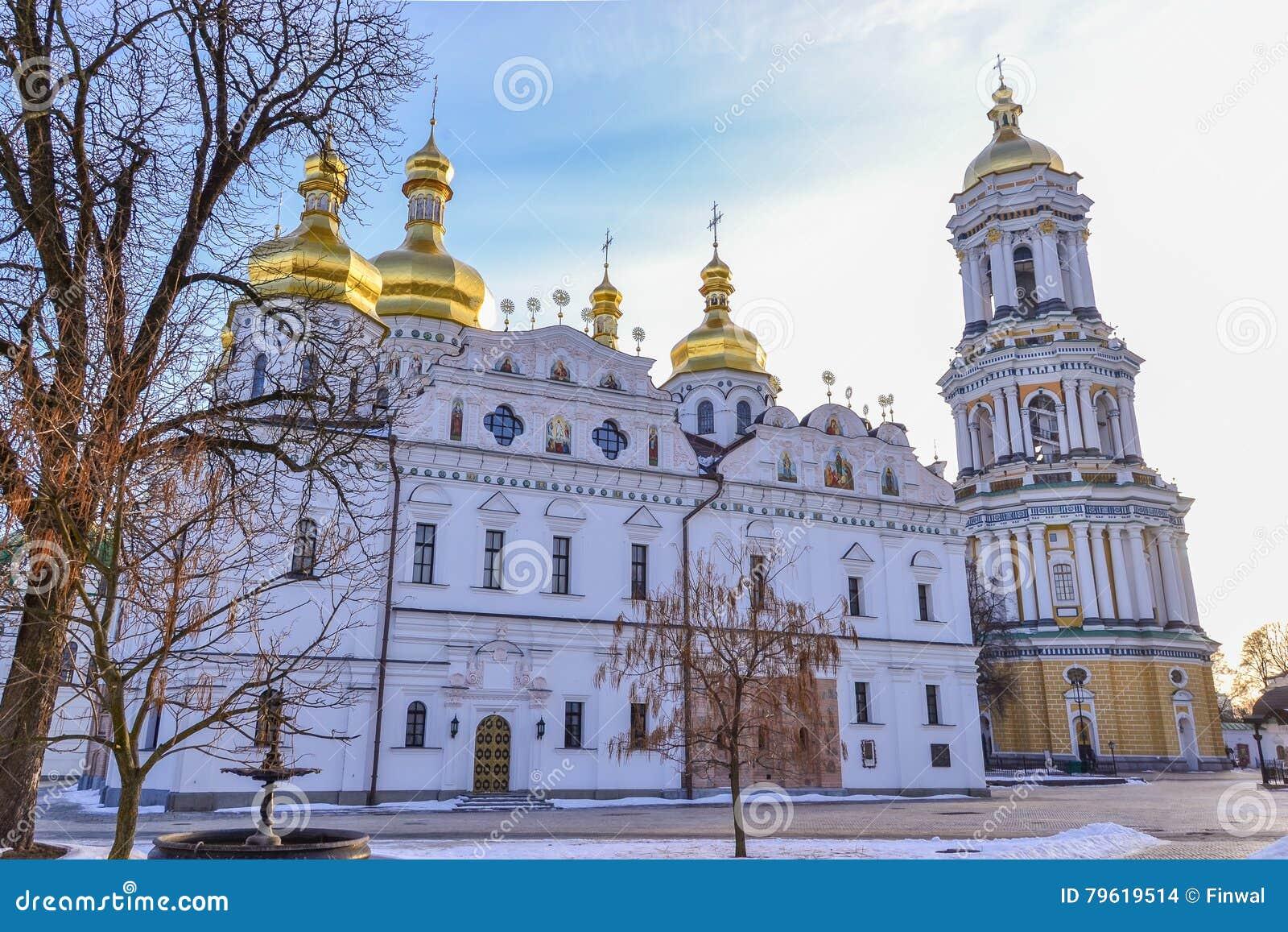 Catedral de Dormition e grande torre de Bell de Kiev Pechersk Lavra