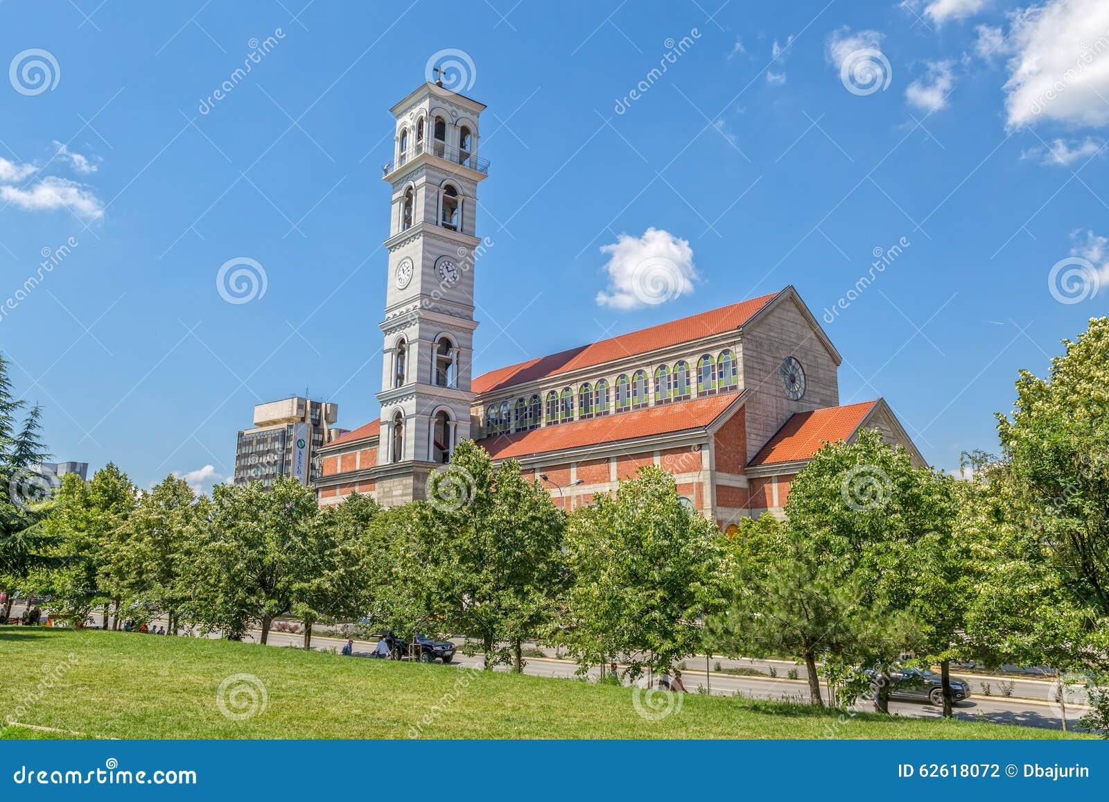 A catedral de Madre Teresa abençoada em Pristina