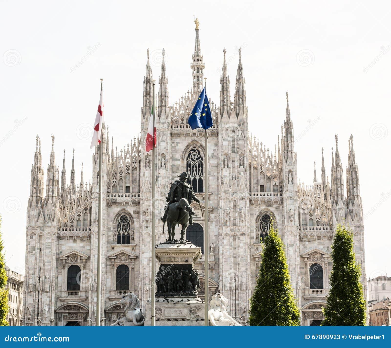 Catedral de Milán (di Milano del Duomo) con la estatua de Vittorio Emanue