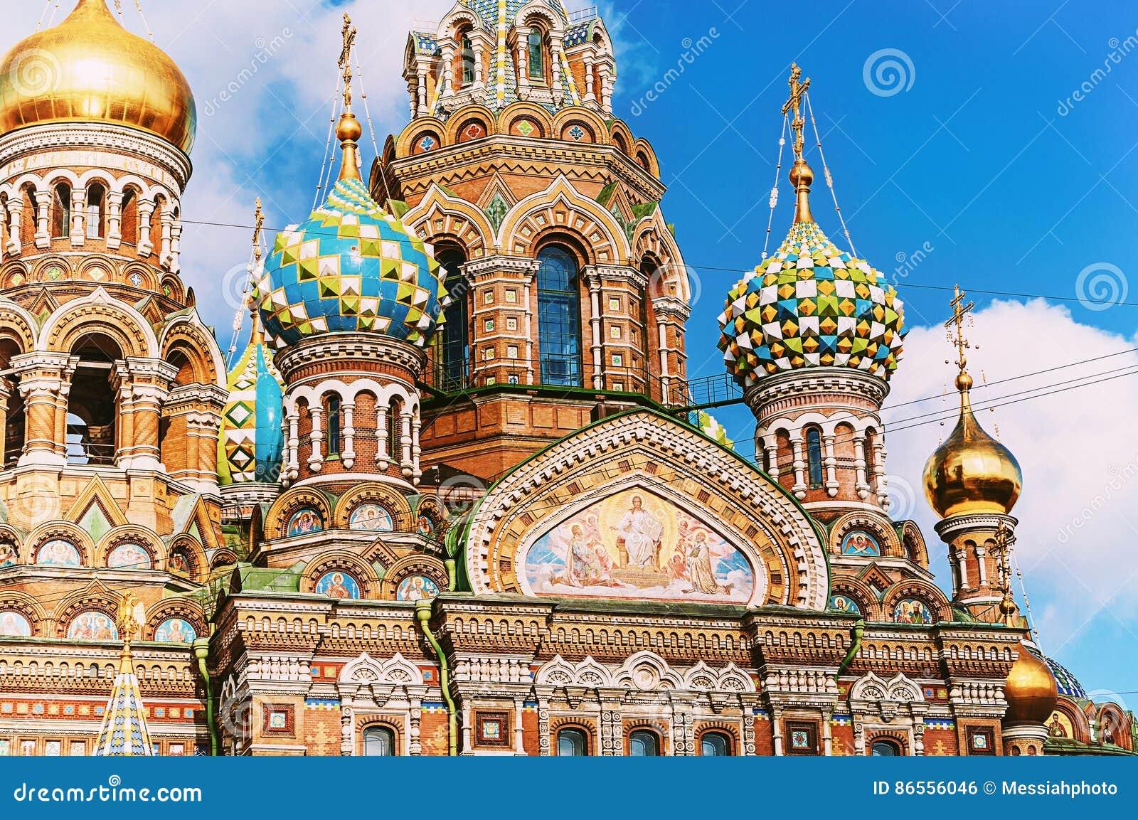 Catedral de nosso salvador no sangue Spilled em St Petersburg, Rússia - close up das abóbadas e dos detalhes da arquitetura