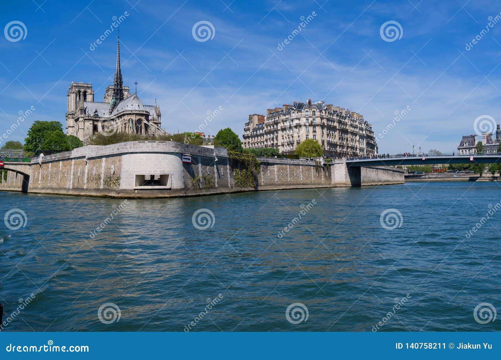 Catedral de Notre Dame en el río Sena en París, Francia