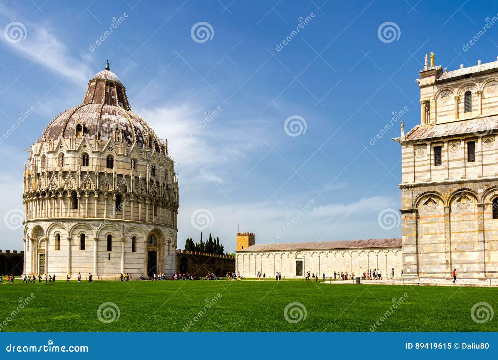 Catedral de Pisa (di Pisa del Duomo) con la torre inclinada de Pisa encendido
