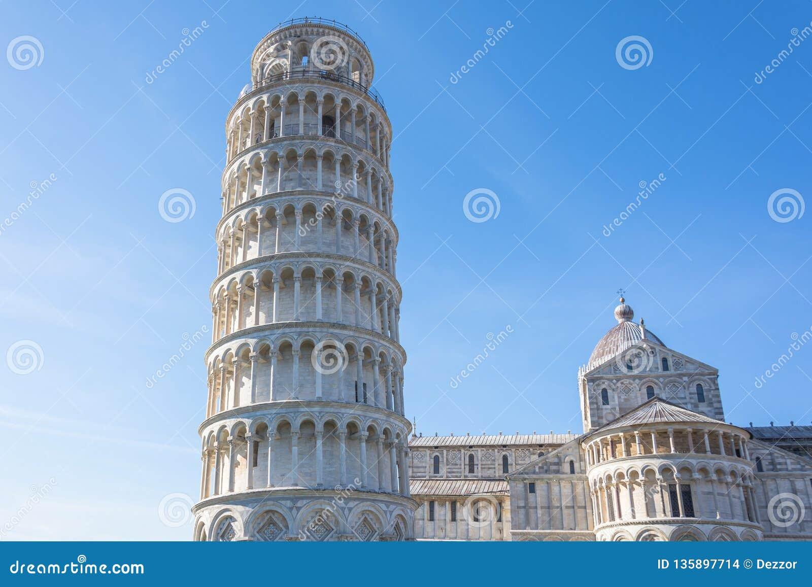 Catedral de Pisa e a torre inclinada em um dia ensolarado em Pisa, Itália
