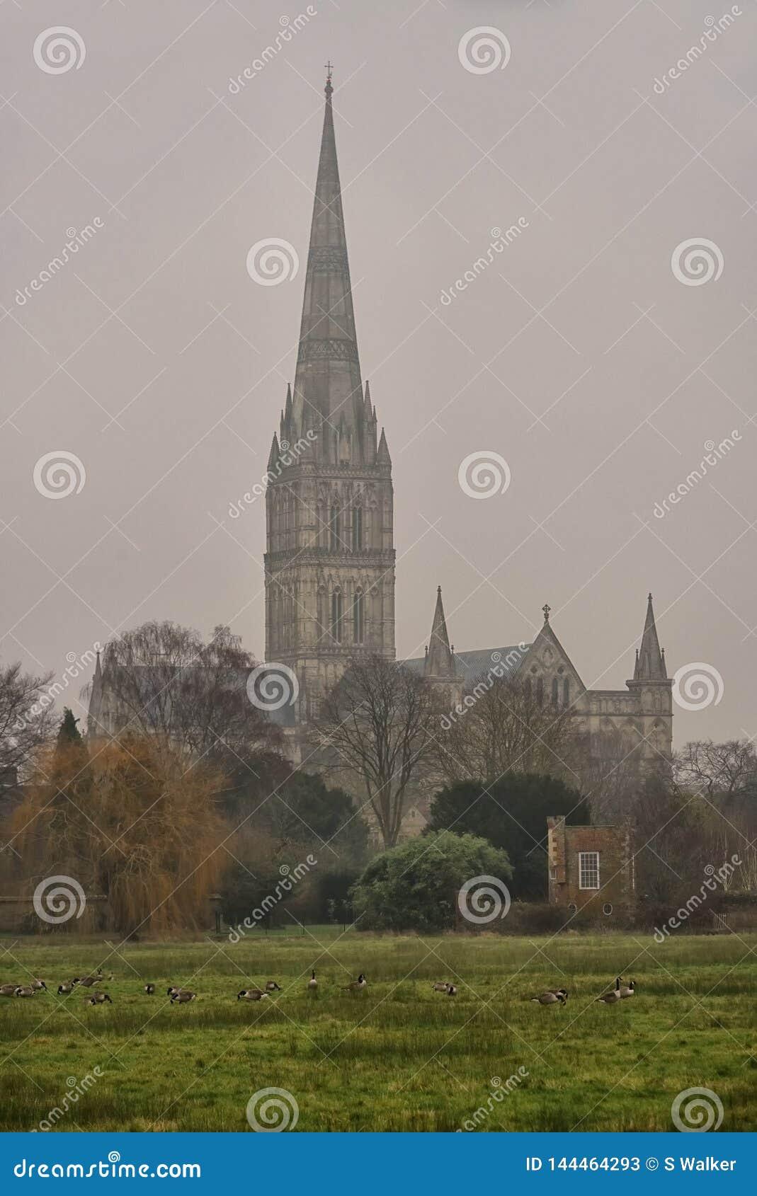 Catedral de Salisbúria em um dia de inverno cinzento