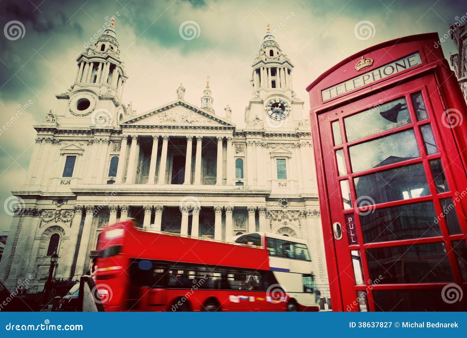 A catedral de St Paul, ônibus vermelho, cabine de telefone. Londres