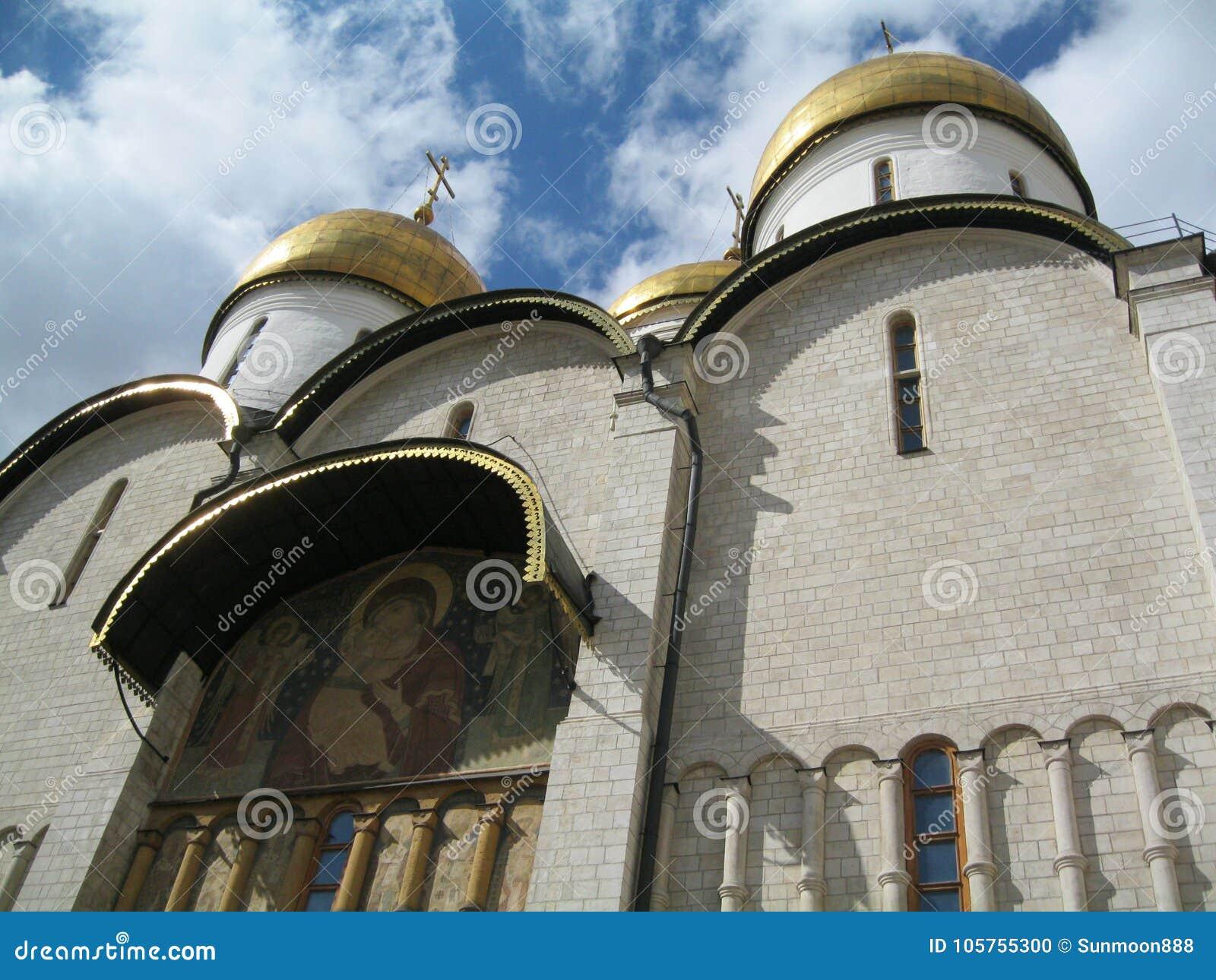 Catedral de Uspensky construída no século XV, no território do Kremlin de Moscou