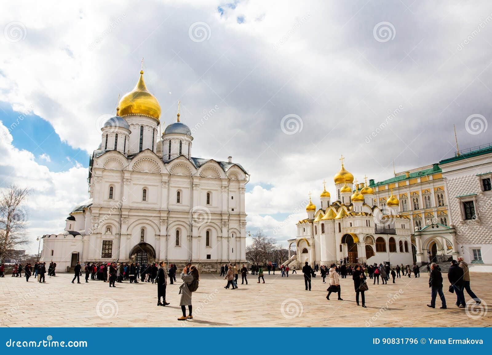 A catedral do Dormition e do Ivan a grande torre de Bell no Kremlin de Moscou