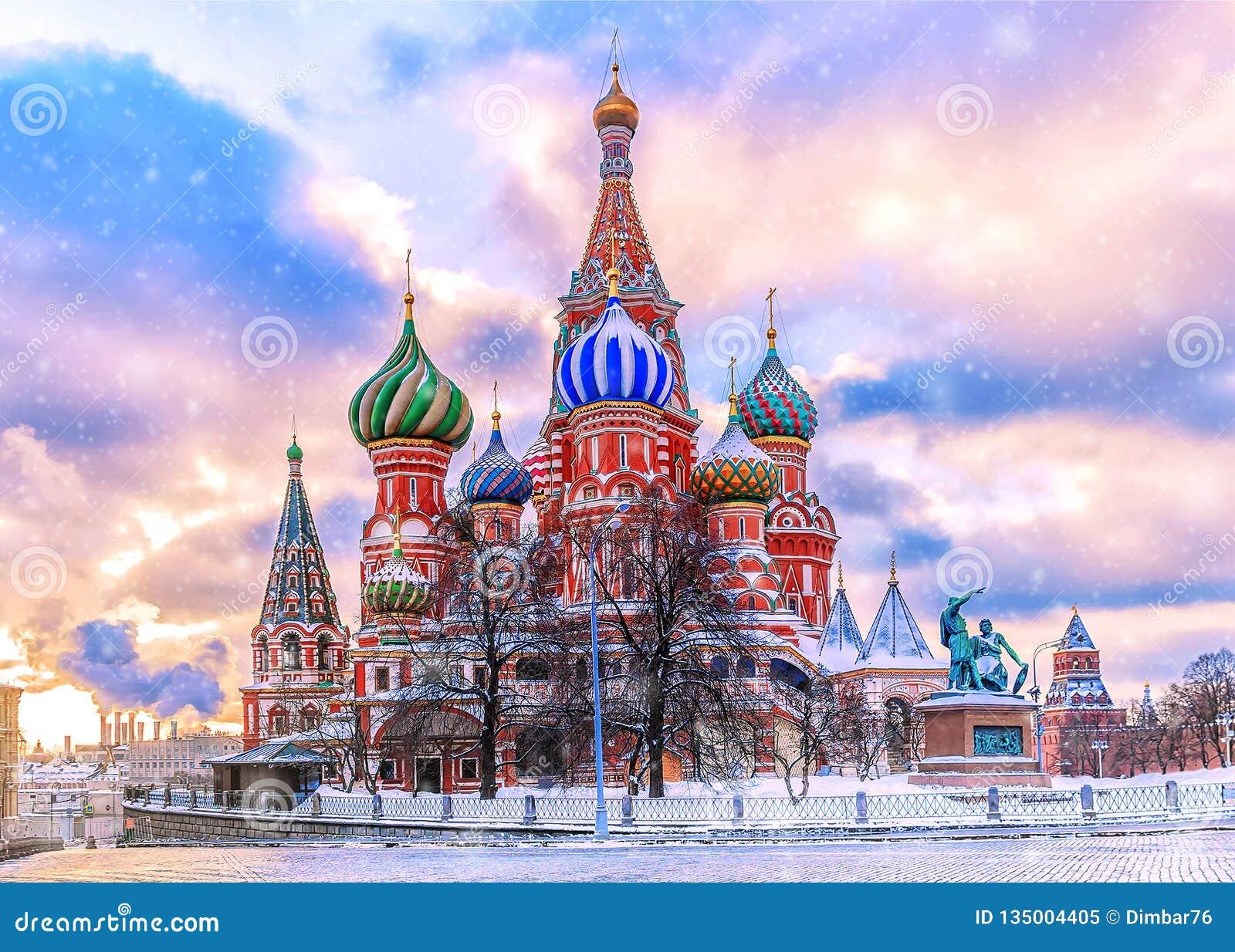Catedral do ` s da manjericão do St no quadrado vermelho em Moscou