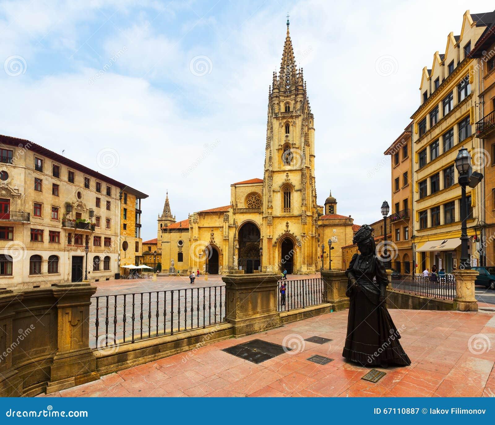 Catedral do San Salvador e a estátua do La Regenta Oviedo