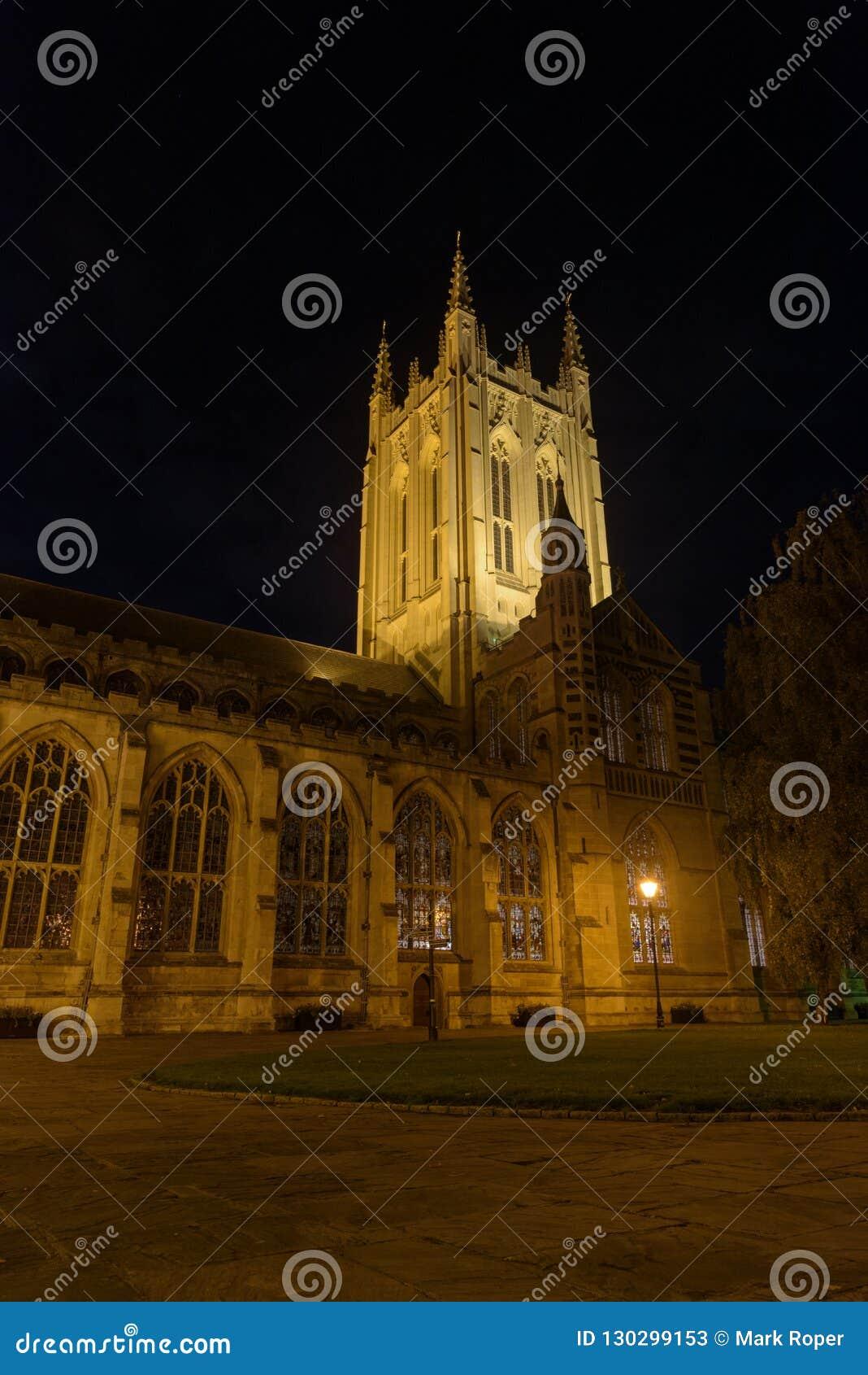 Catedral do St Edmundsbury em St Edmunds do enterro na noite com trajeto a