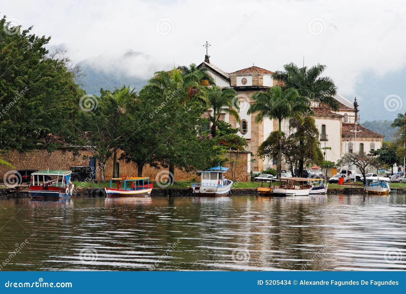 Catedral e barcos em Paraty