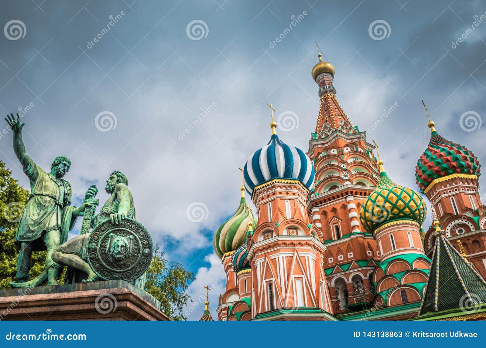 A catedral e o monumento da manjeric?o do St no quadrado vermelho em Moscou, R?ssia