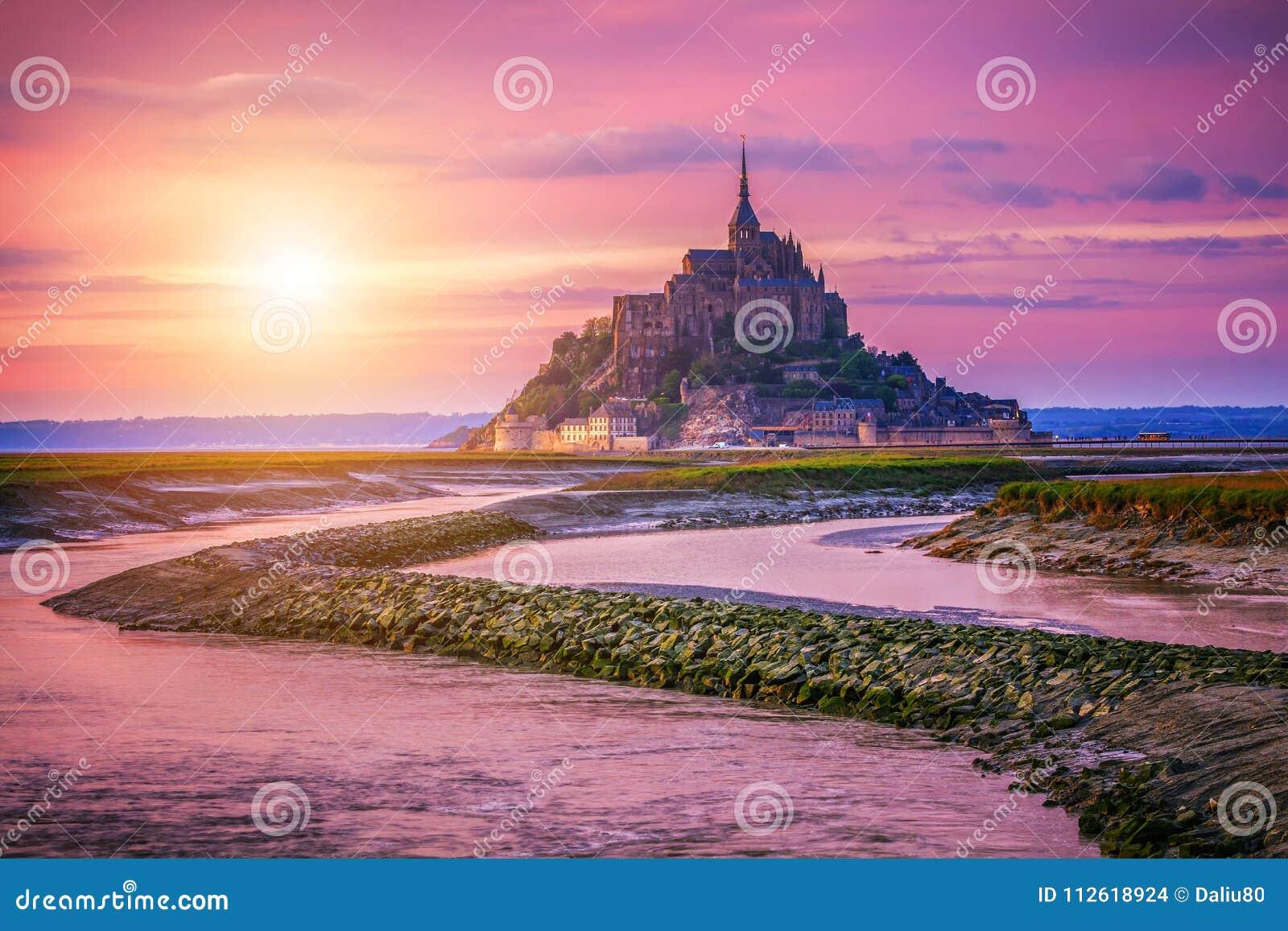 Catedral magnífica de Mont Saint Michel en la isla, Normandía