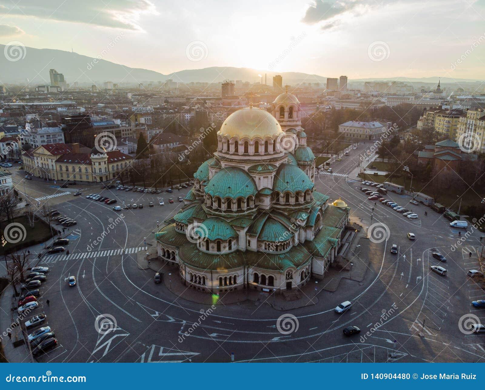 Catedral ortodoxa Alexander Nevsky, en Sofía, Bulgaria Fotografía aérea en la puesta del sol