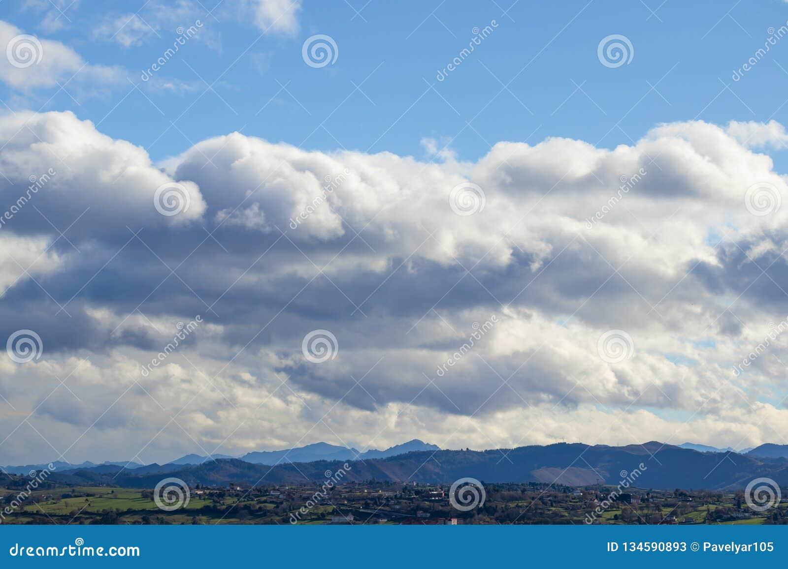 Catena montuosa in bel tempo in nuvole di pioggia di contrapposizione prima della pioggia