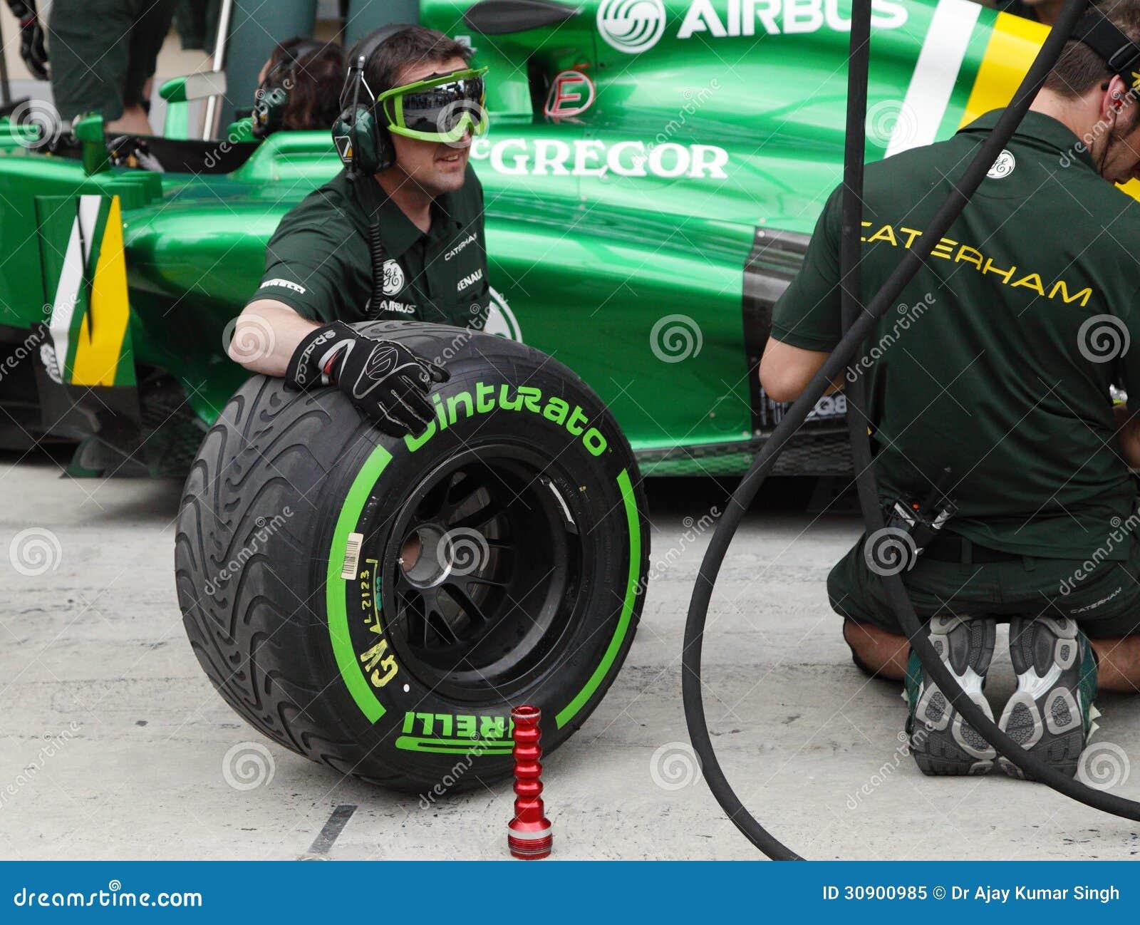 Caterham renault faisant la pratique des pneus changeants for Garage formule m