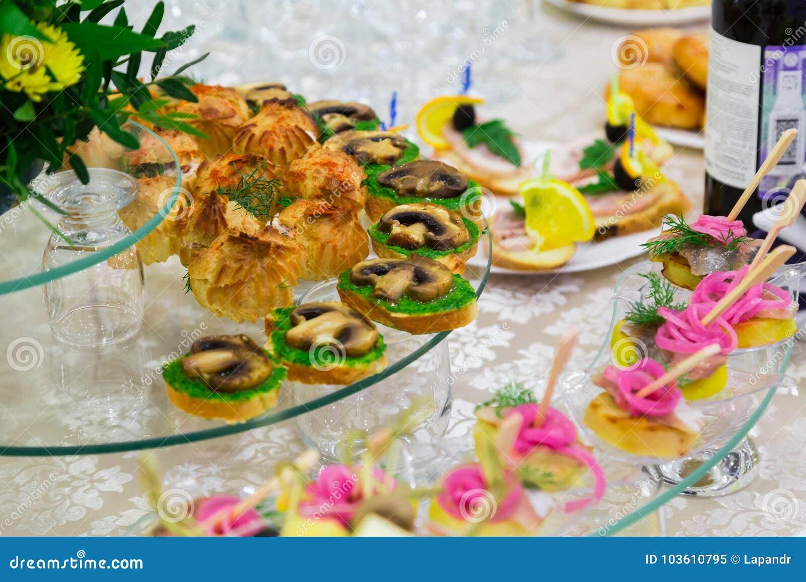 Catering Delicatessen op het buffet Sandwiches met paddestoelen Gediende lijst