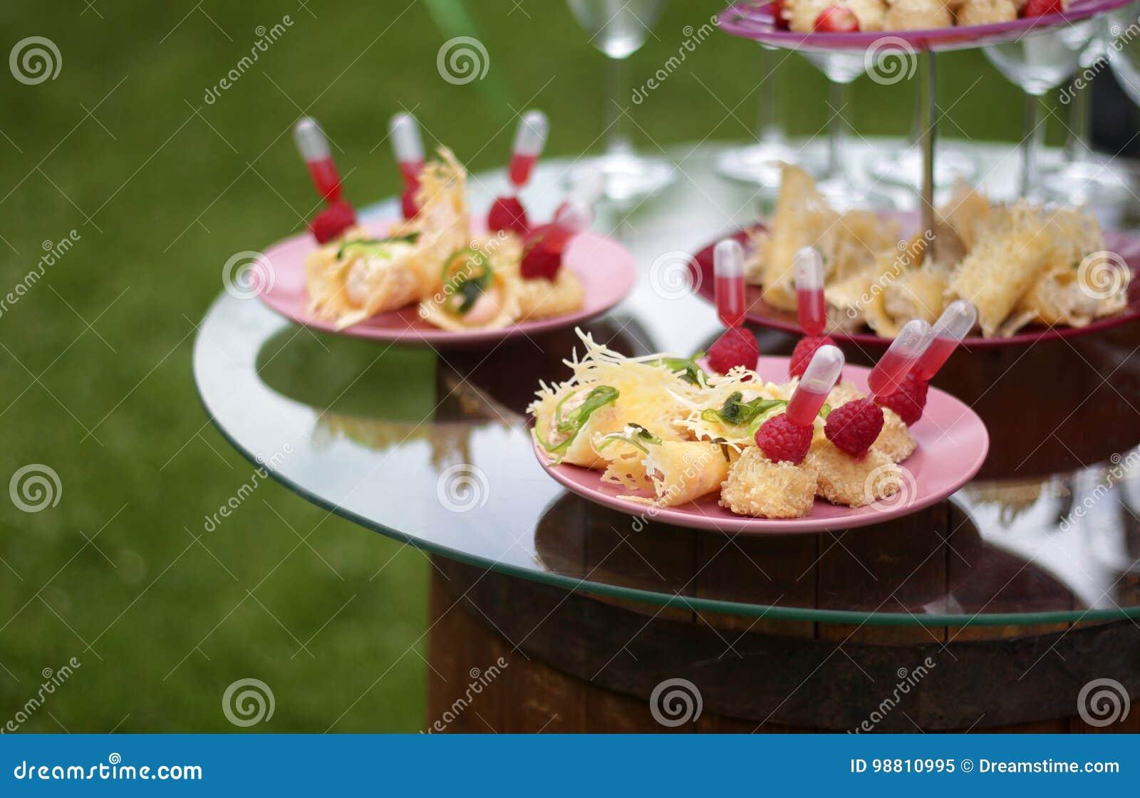 Catering usługa przekąski na stole