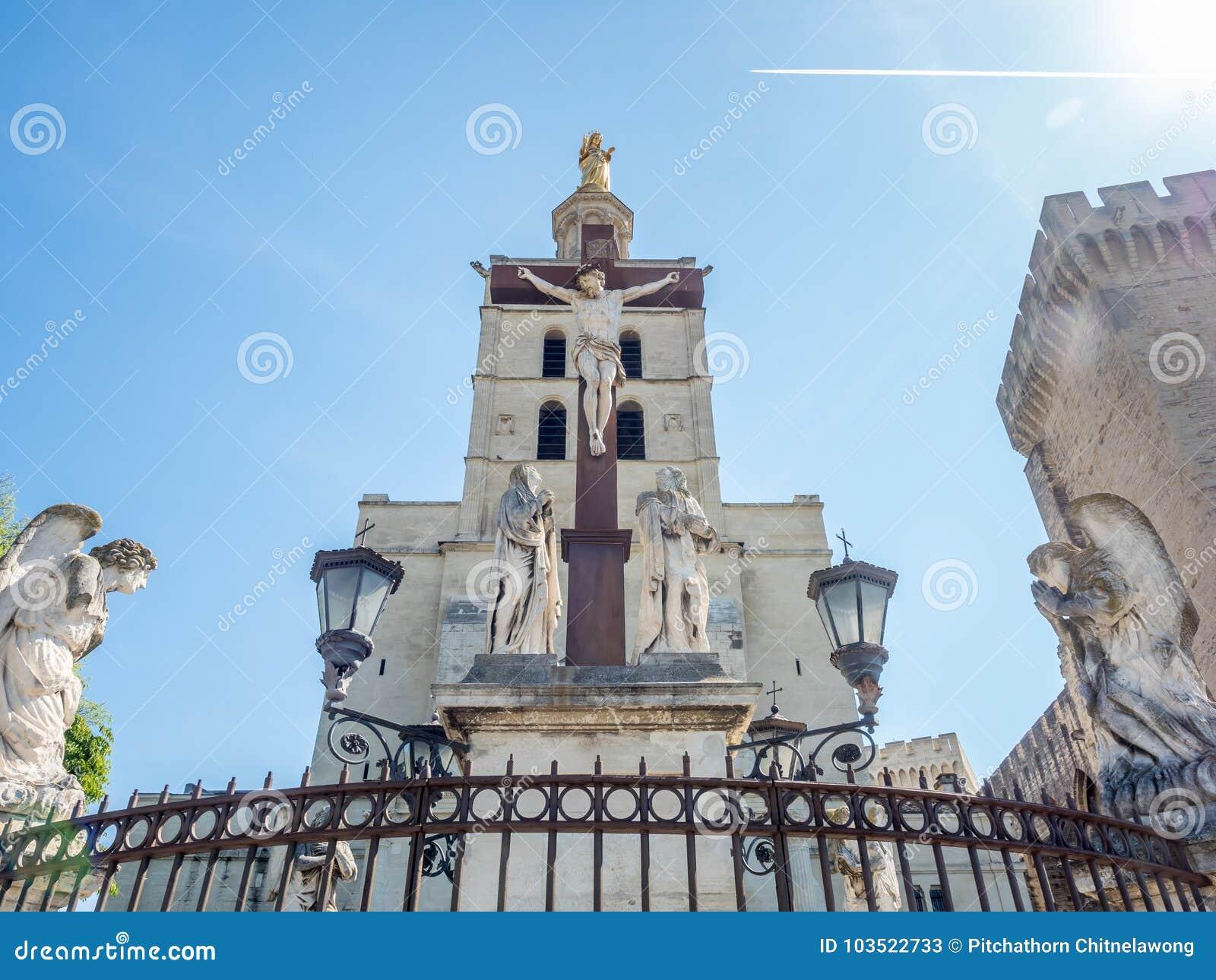 Cathédrale d Avignon à côté de palais papal