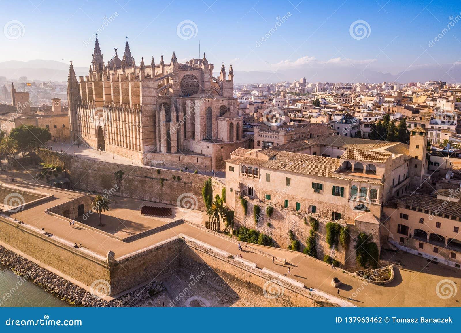 Cathédrale historique en Palma de Mallorca vue de bourdon