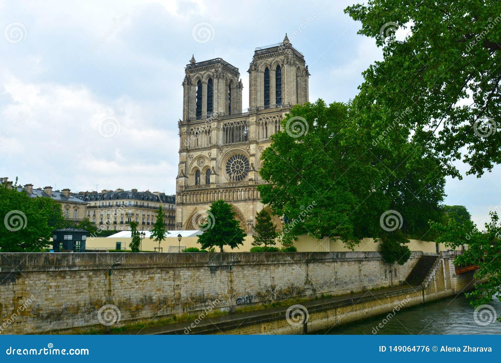 Cathédrale légendaire Notre Dame de Paris Bel achitecture parisien Point de repère magnifique après le feu destructif