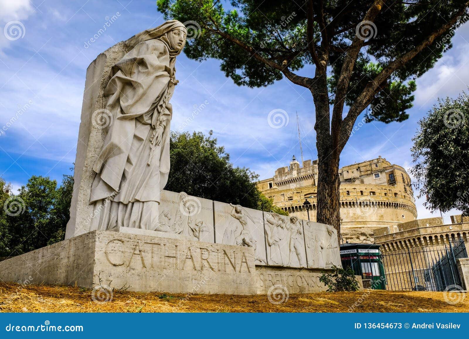 Catharina Monumento a st Caterina de Siena con el castillo de Ángel del santo en el fondo