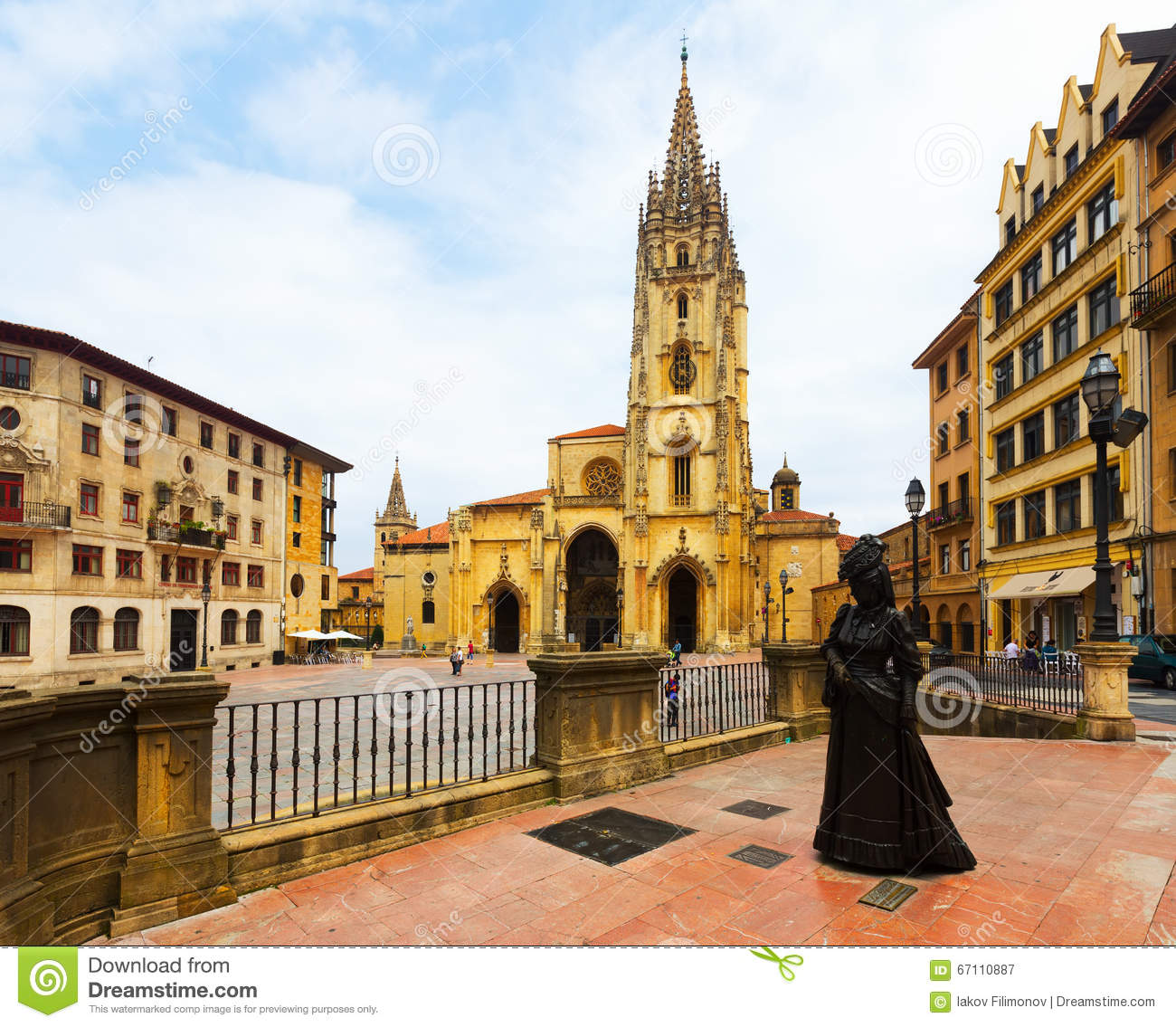 Cathedral of San Salvador and the Statue of La Regenta. Oviedo
