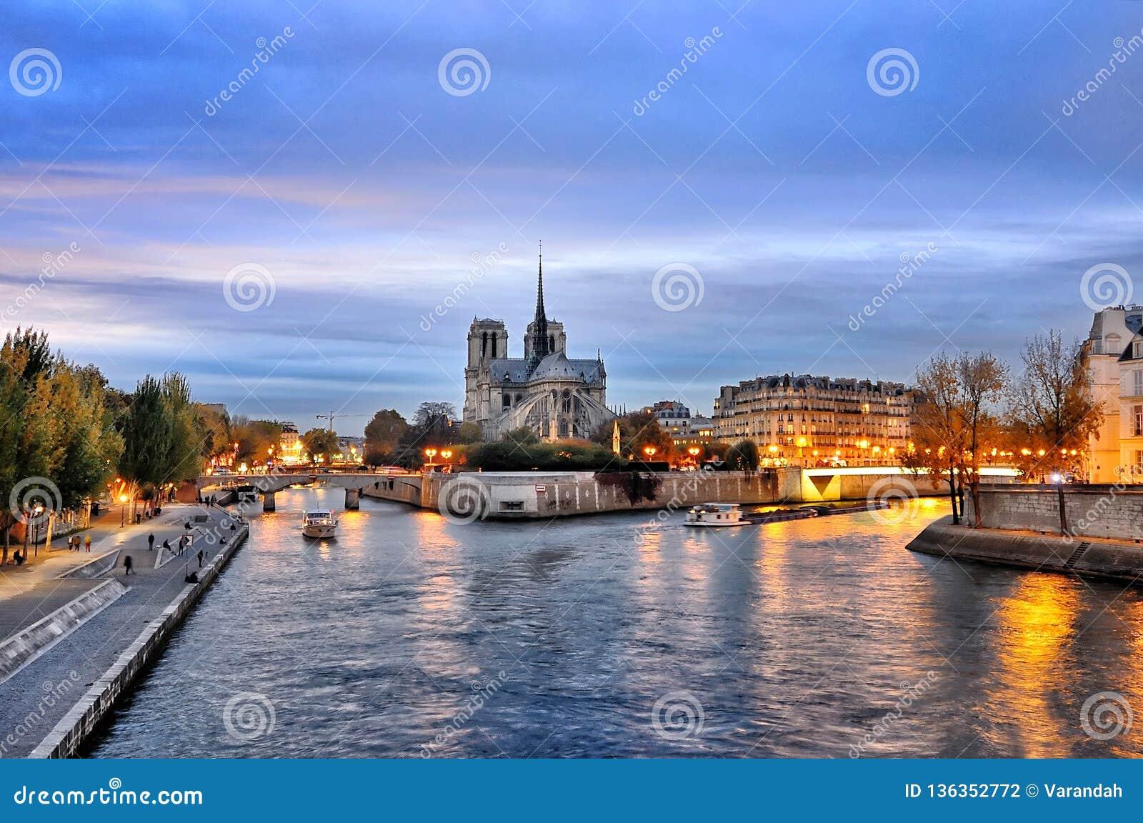 Cathedrale Notre Dame längs bankerna av floden Seine, Paris, Frankrike som ses från pont de latournelle