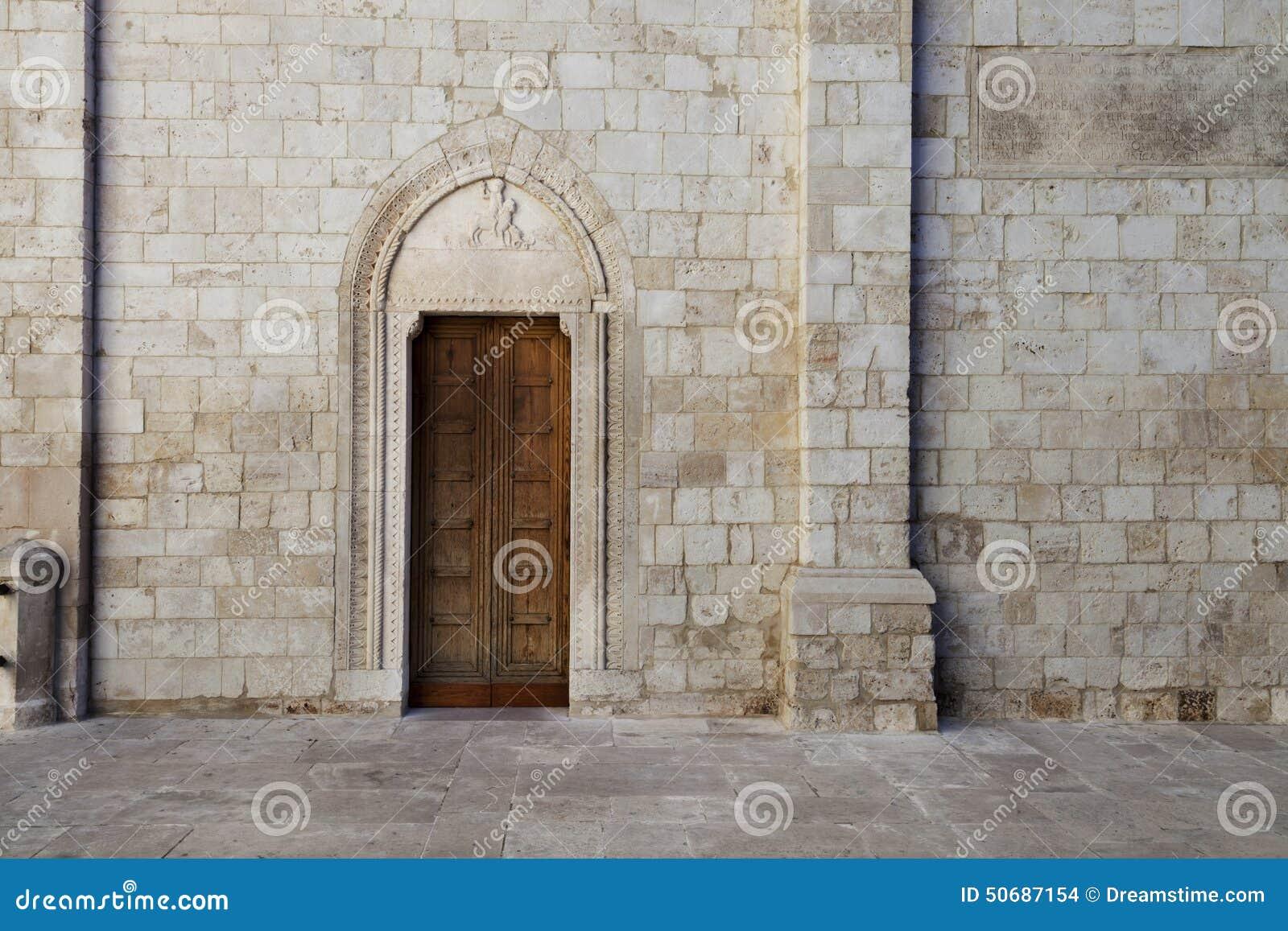 Download Cattedrale二孔韦尔萨诺,普利亚,意大利 库存照片. 图片 包括有 房子, 宗教, 蓝色, 透视图 - 50687154