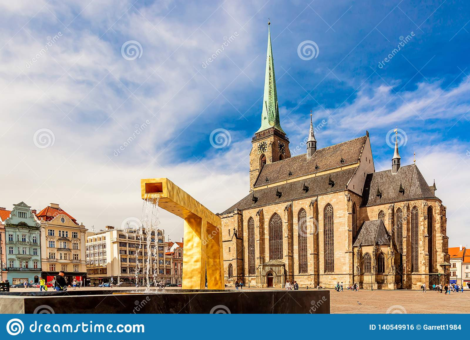 Cattedrale del ` s di St Bartholomew nel quadrato principale di Plzen con una fontana sulla priorità alta contro il giorno solegg