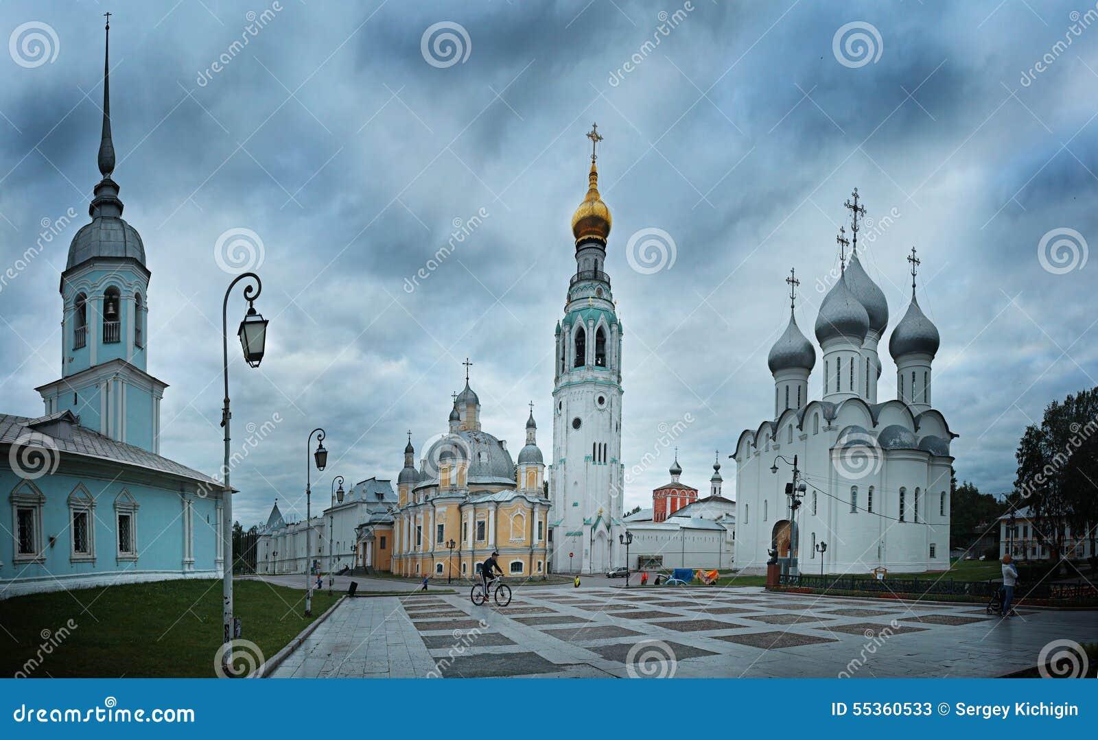 Cattedrale della chiesa alla città di sera