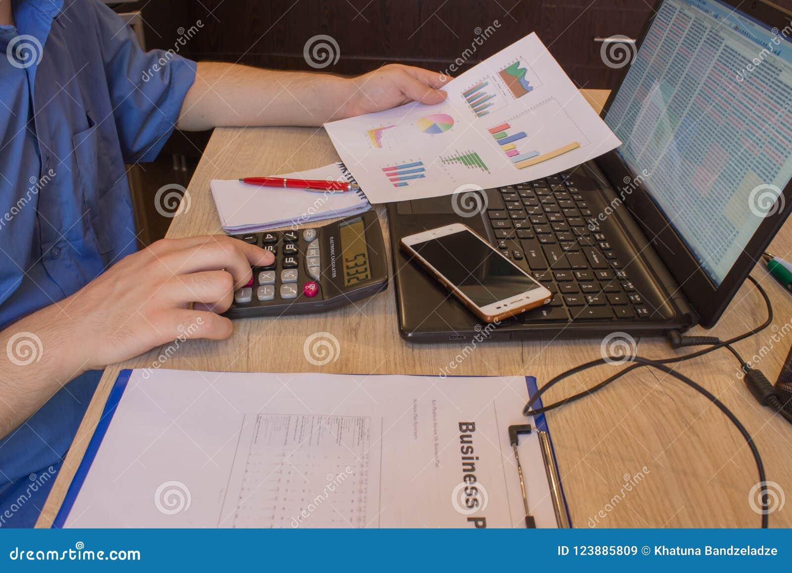 Cattura delle note dell uomo La casa finanzia l economia di investimento Profitti, risparmio Pila di dollari Successo, flussi fin