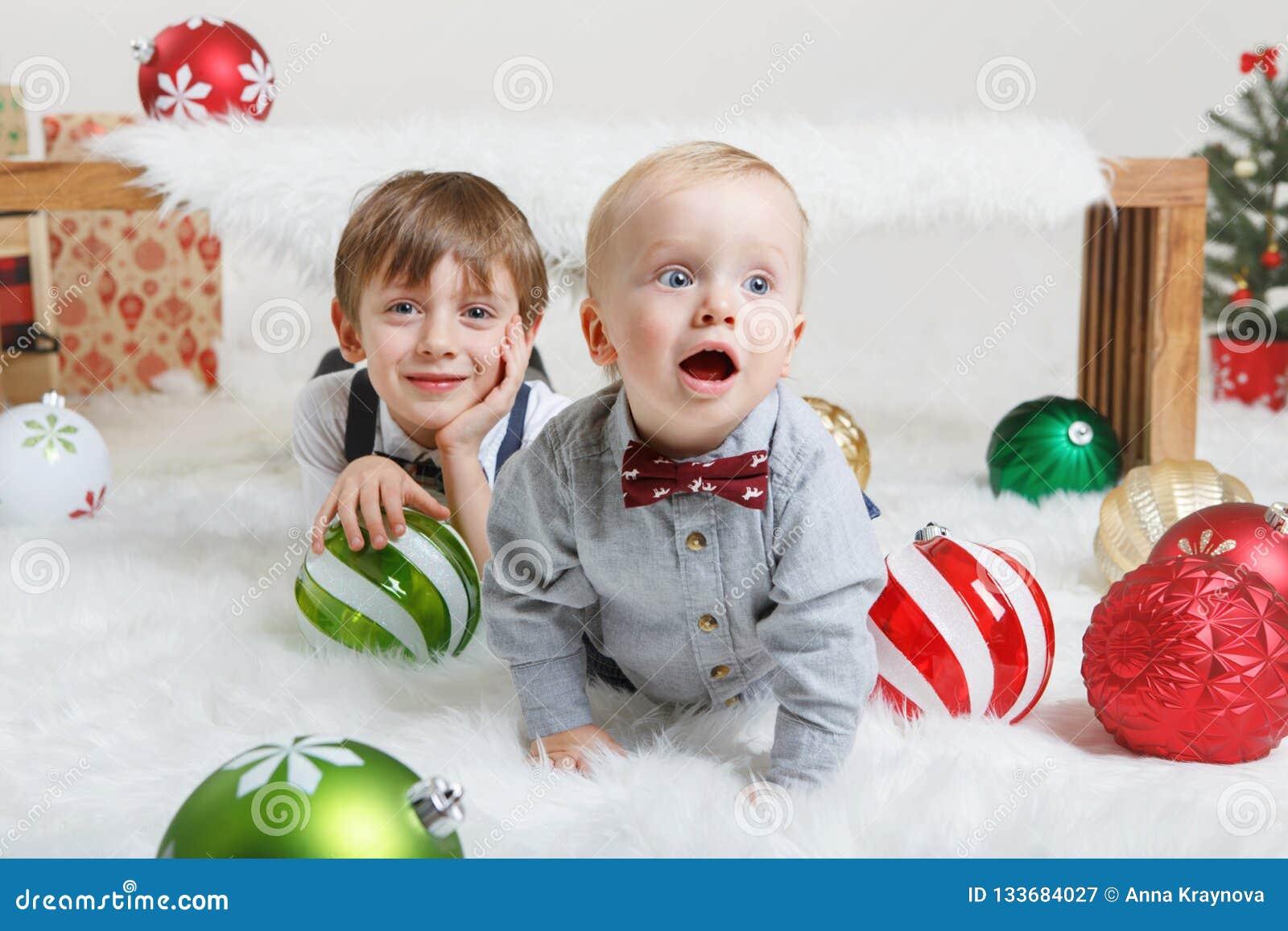 Caucasian barnbröder som firar jul eller nytt år