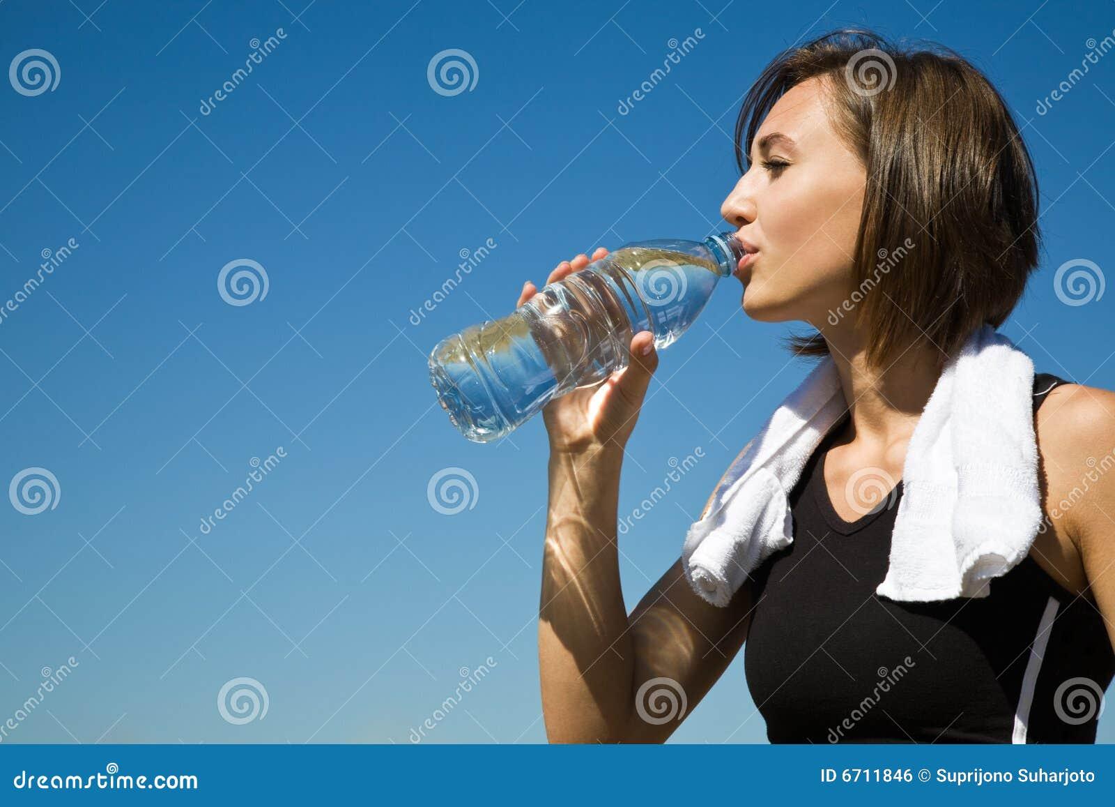 Caucasian dricka övningsflickavatten
