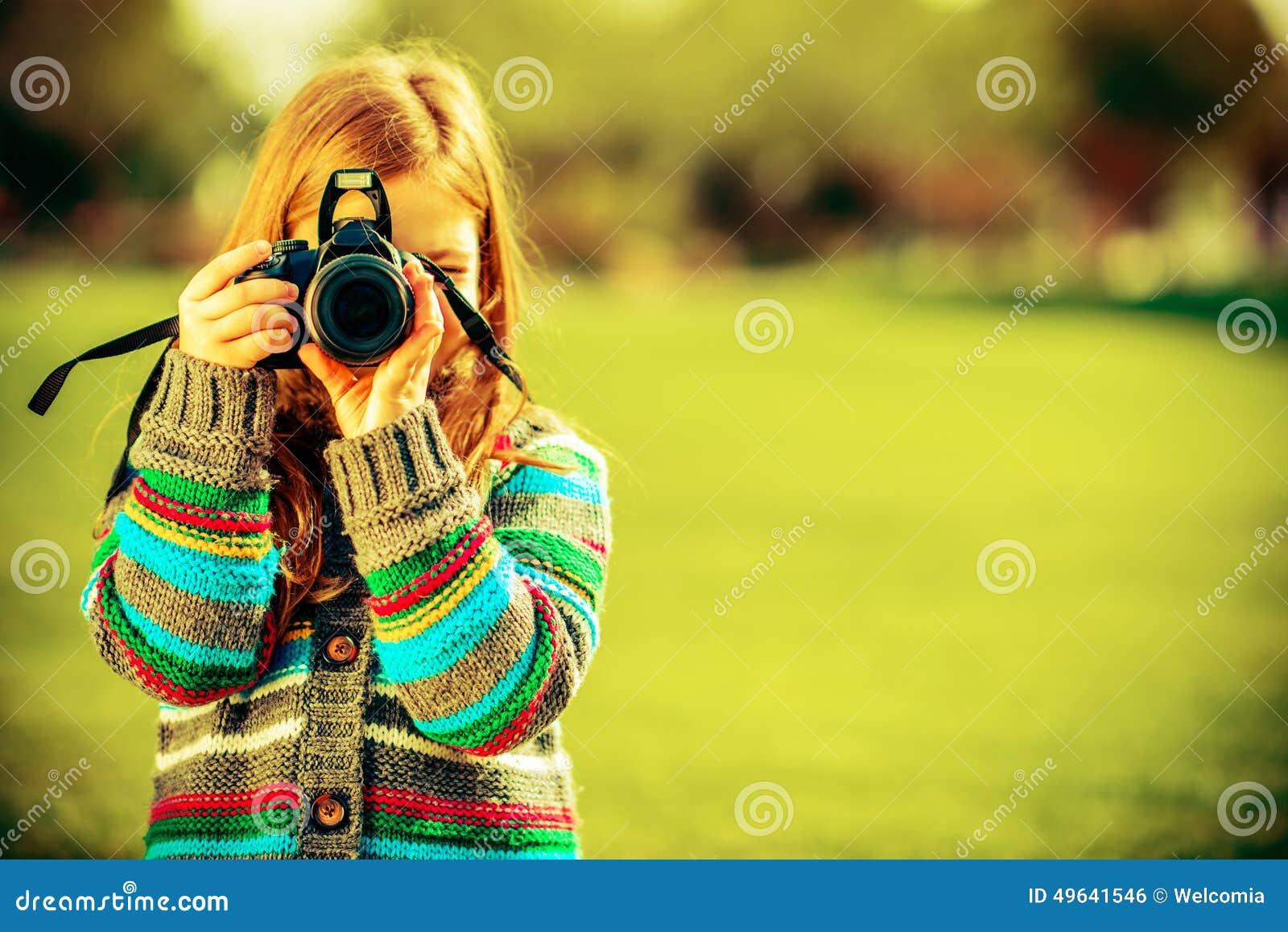 Caucasian flicka med kameran