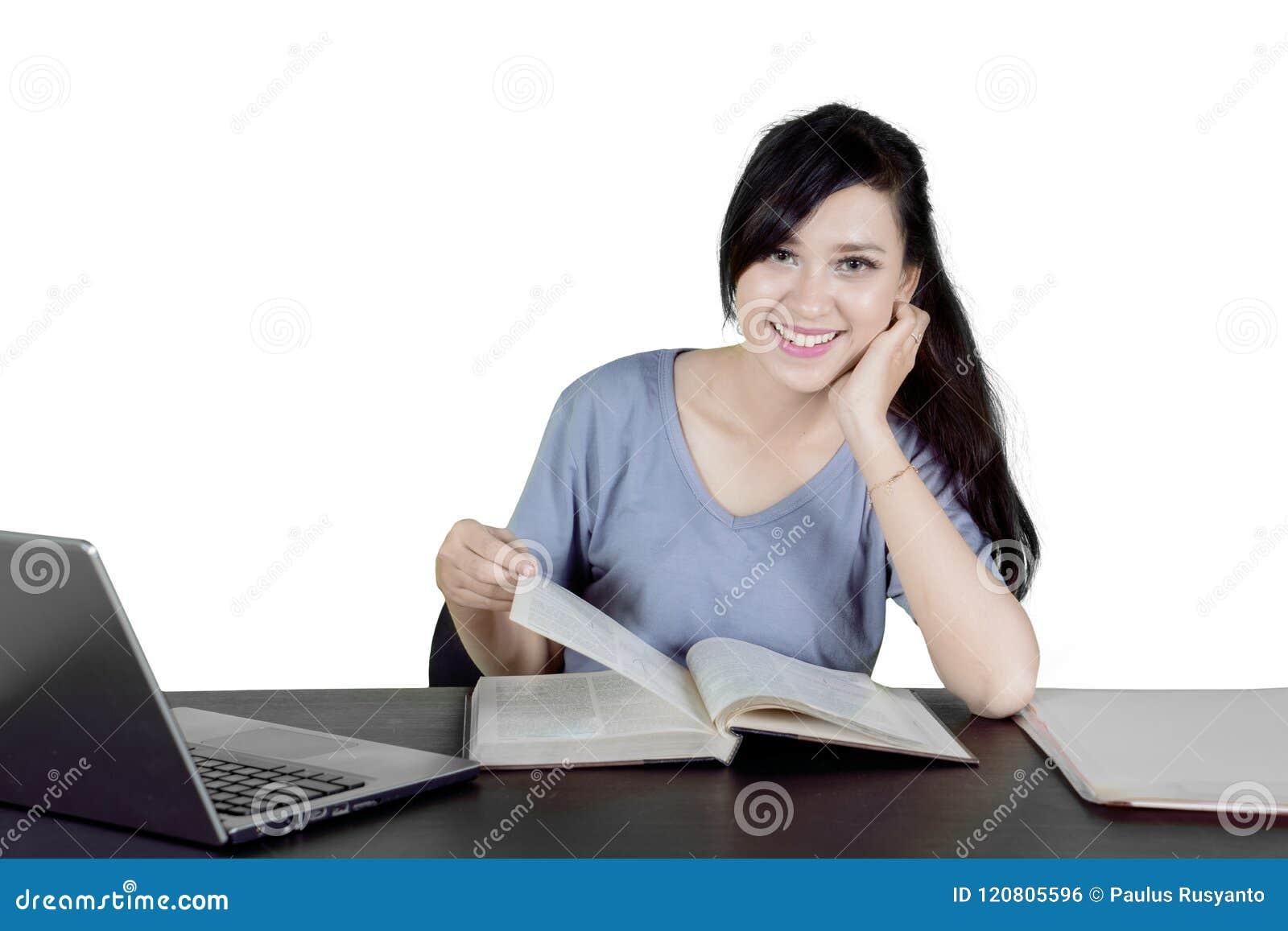 Caucasian högskolestudent som studerar på studio