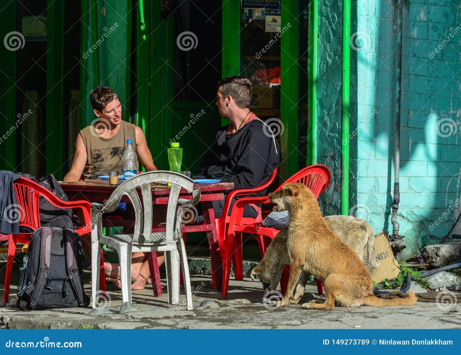 Caucasian handelsresande som sitter och dricker kaffe