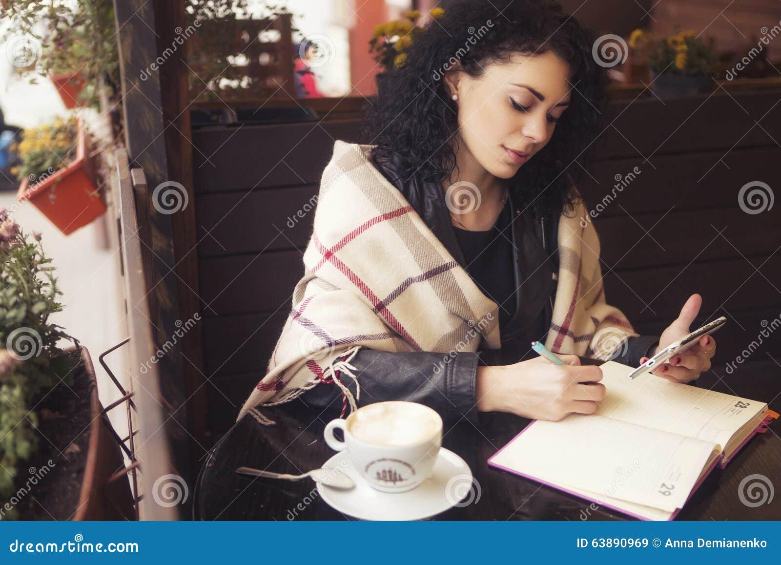 Caucasian kvinna för Beautifil brunett i läderomslag och pläd s