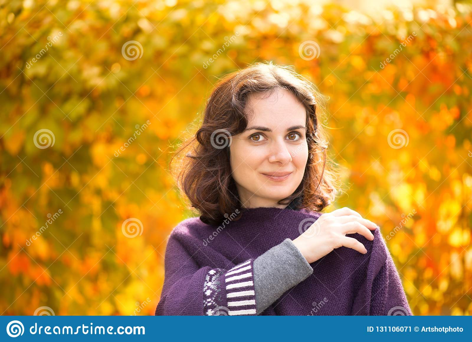 Caucasian kvinna i höstlandskap