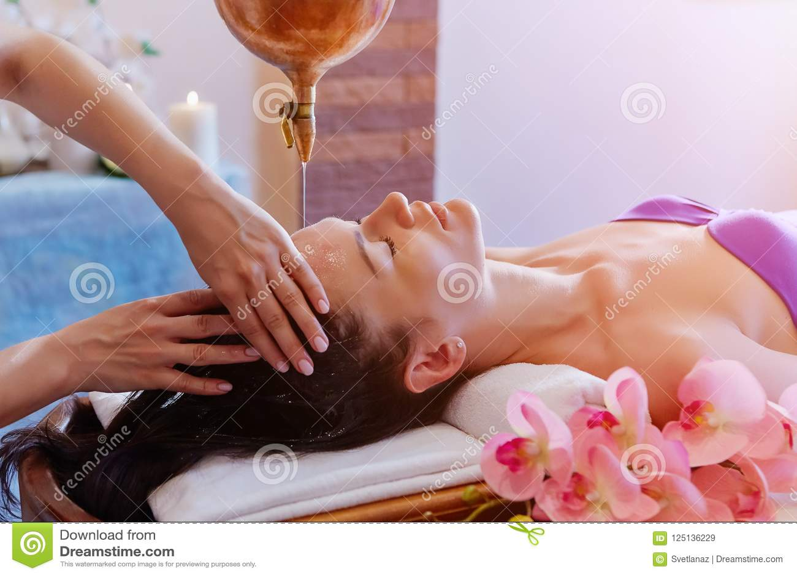 Caucasian kvinna som har Ayurveda shirodharabehandling