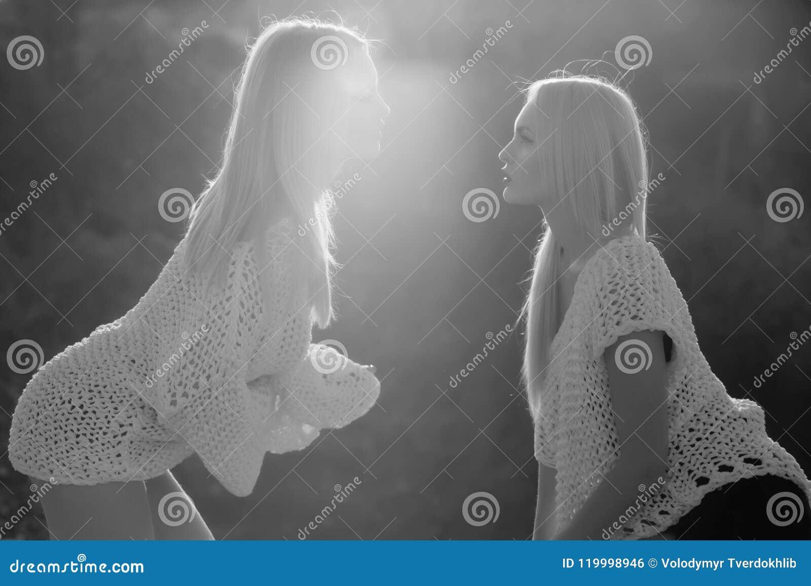 Caucasian kvinnligt posera för modemodell Homosexuella par av tvilling- sexiga flickor som flörtar på solig dag