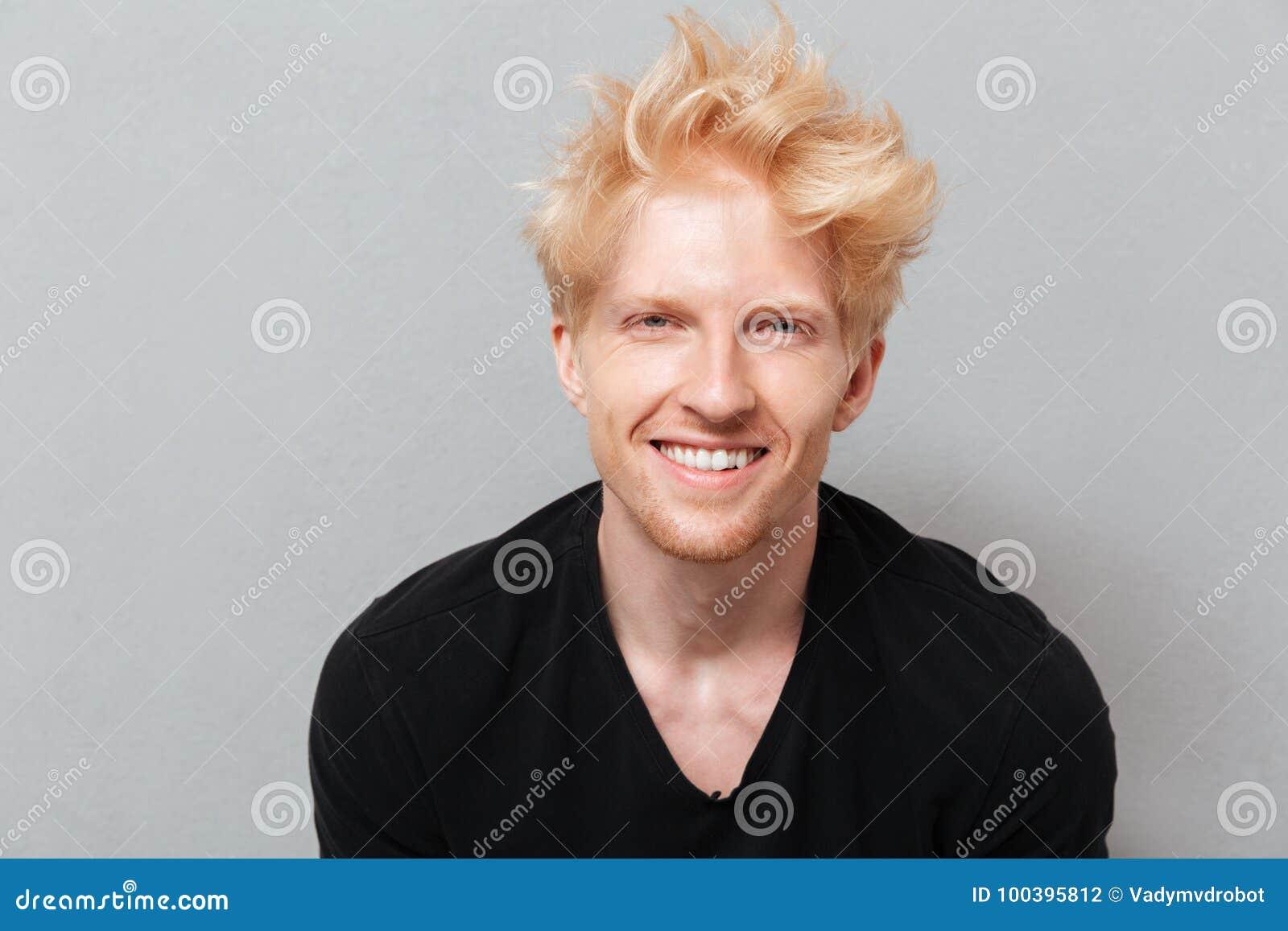 Caucasian man över den gråa väggen nära att skratta för copyspace