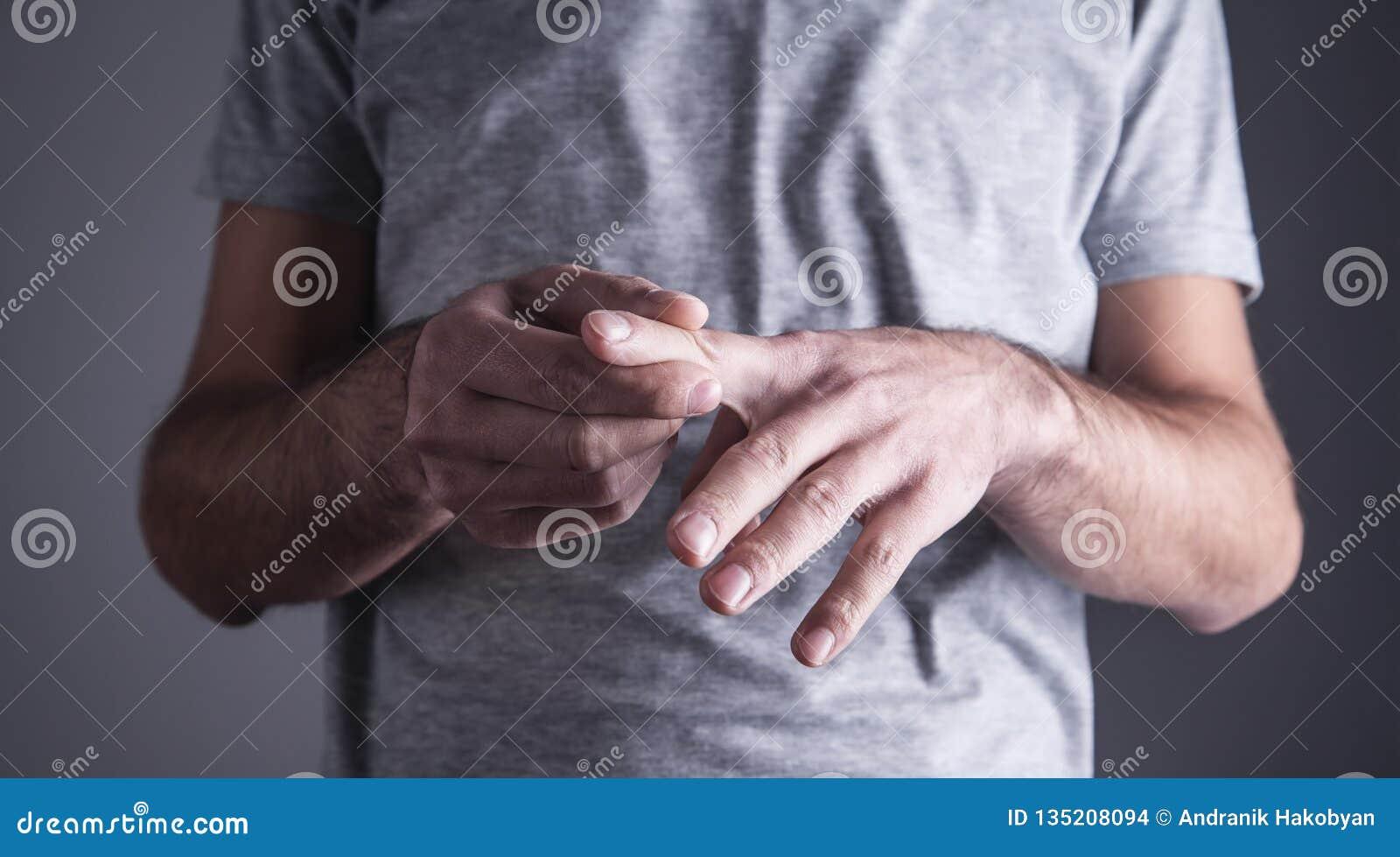 Caucasian man med fingerknip Artrit handled smärtar
