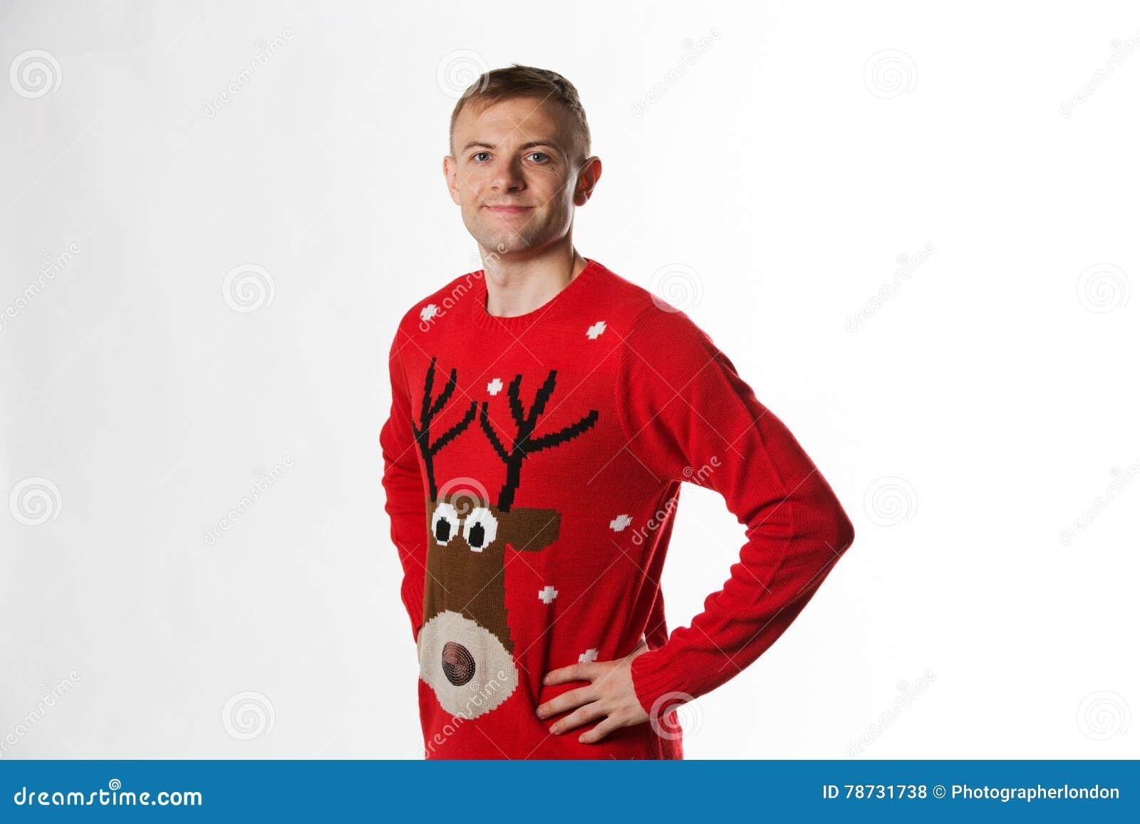 Caucasian man med handen på höftstunden som bär ett julförkläde som ser till kameran